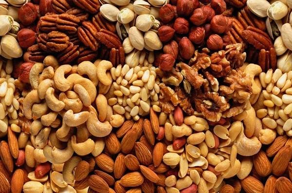 Орехи перед употреблением лучше замачивать. Почему ?